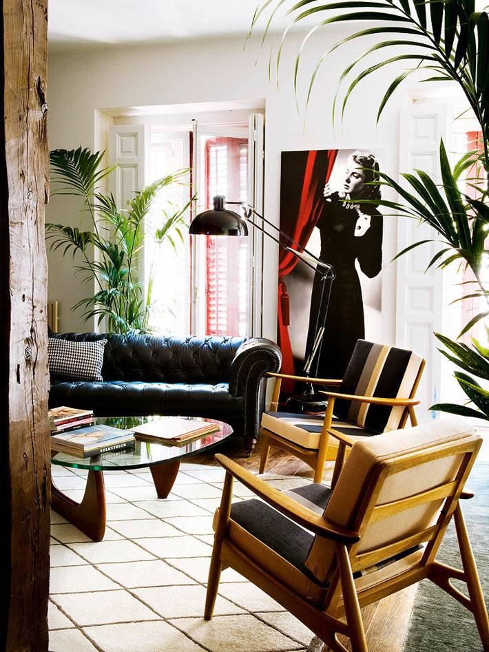 эклектичная гостиная с винтажной мебелью в доме коллекционера