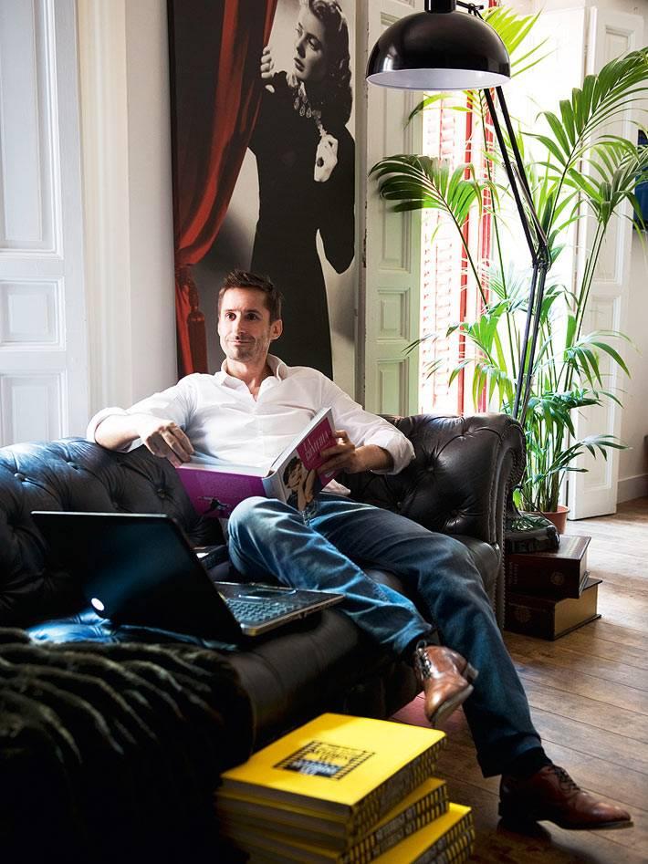 коллекционер и киновед Гильермо Бальмори в интерьере своего красивого дома