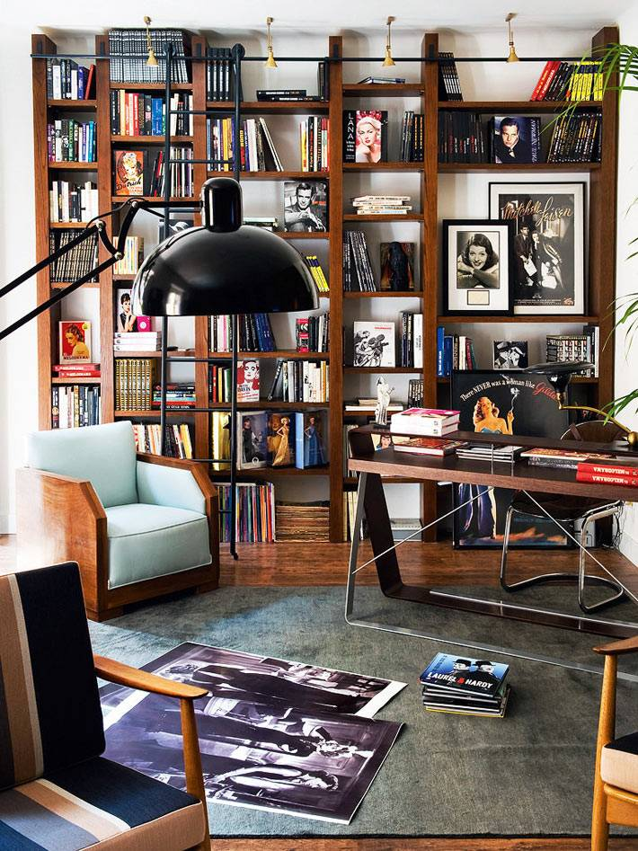возле рабочего стола расположилась домашняя библиотека - стеллажи с книгами