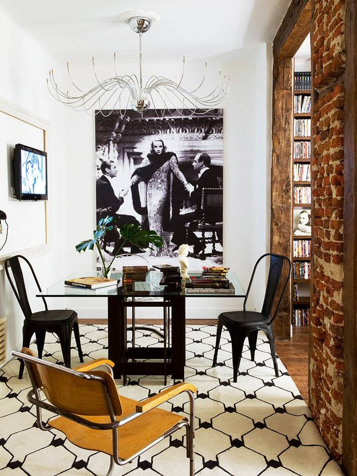 большая черно-белая фотография на стене в столовой зоне