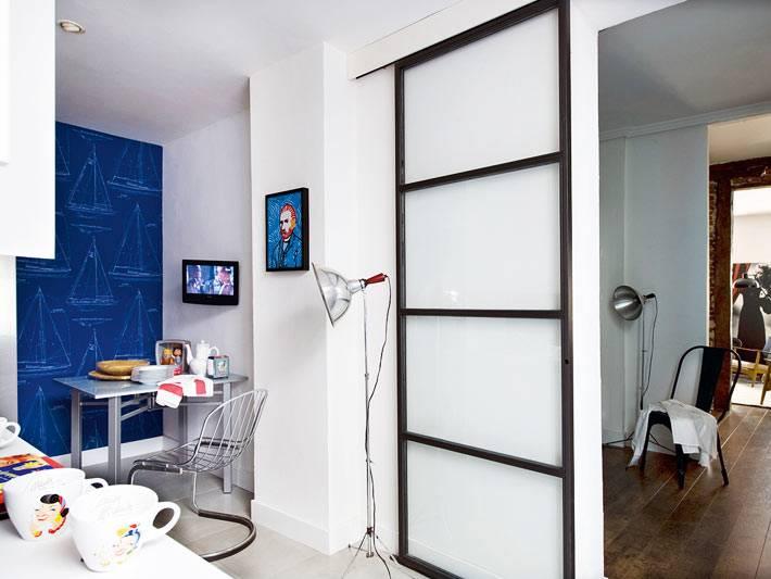 кухня маленькая с синей акцентной стеной фото