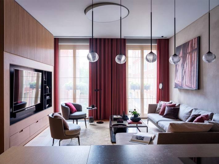 просторная гостиная комната с деревянной стеной и встроенным телевизором