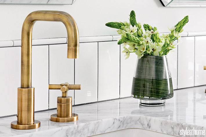 латунные краны и мраморная столешница в роскошной ванной
