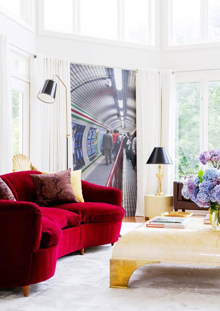 красный диван в великолепном белом интерьере гостиной