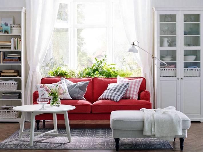 декоративные подушки на красном диване в доме