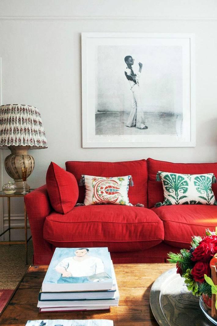 яркий красный диван для гостиной с белыми стенами