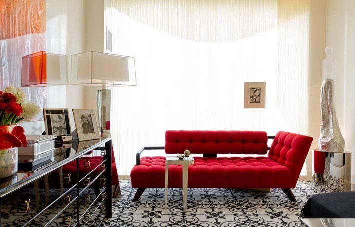 удобная красная банкетка возле большого окна в комнате