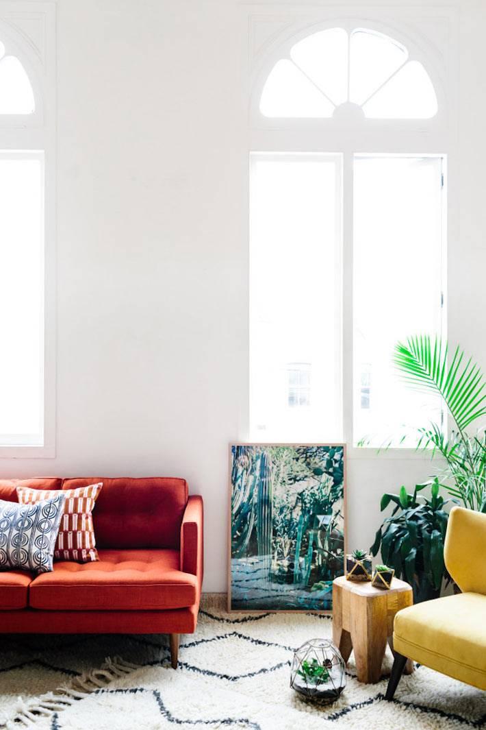 разноцветная яркая мягкая мебель в красивом интерьере