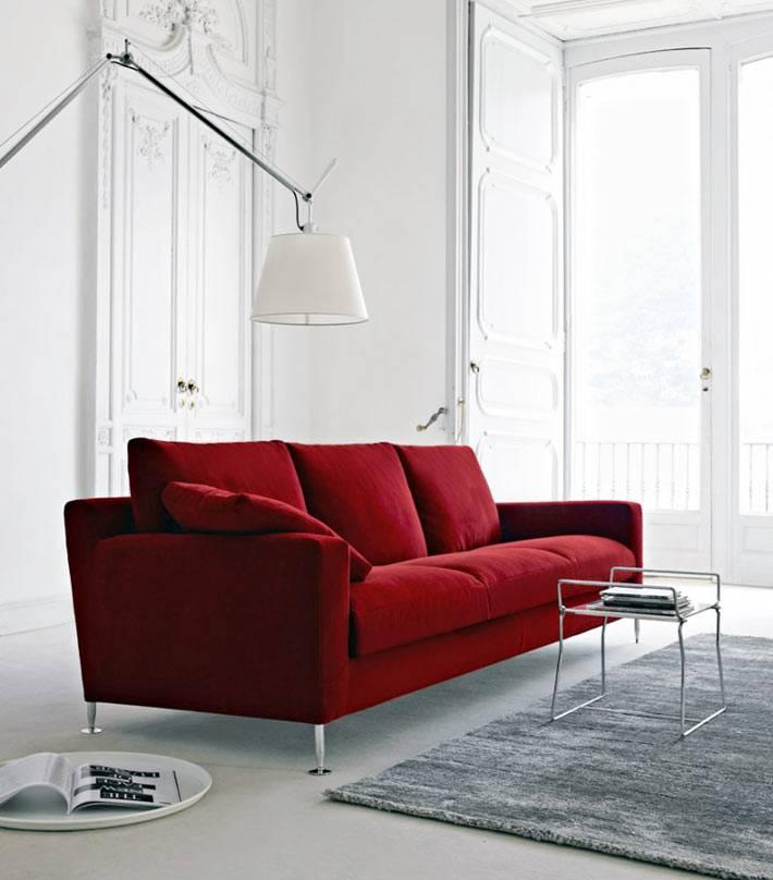 дизайн гостиной в стиле минимализм с красным диваном