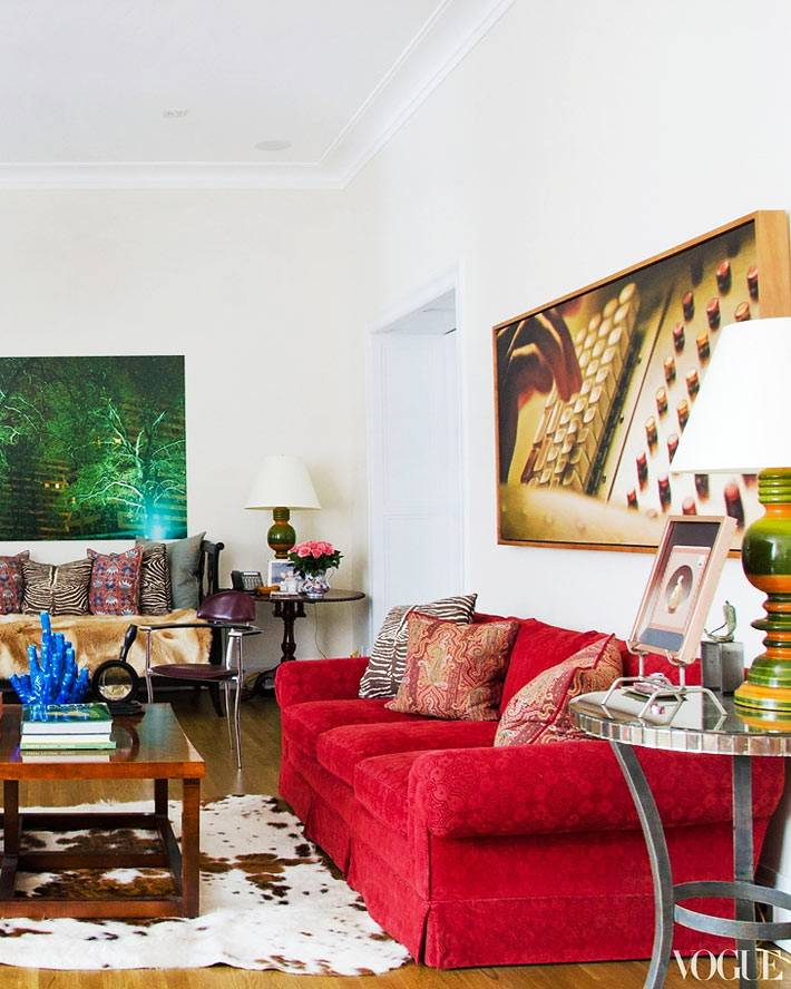 богатый дизайн комнаты с мягким красным диваном
