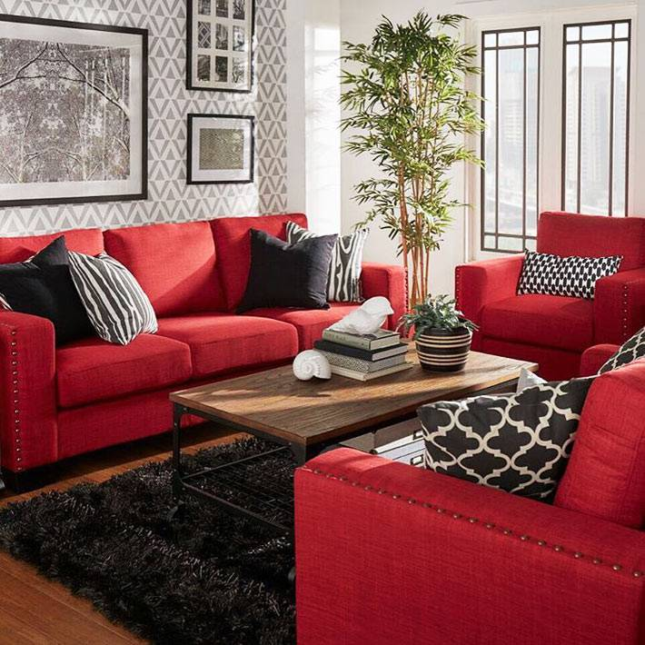 красные диван и кресла для гостевой комнаты с пальмой