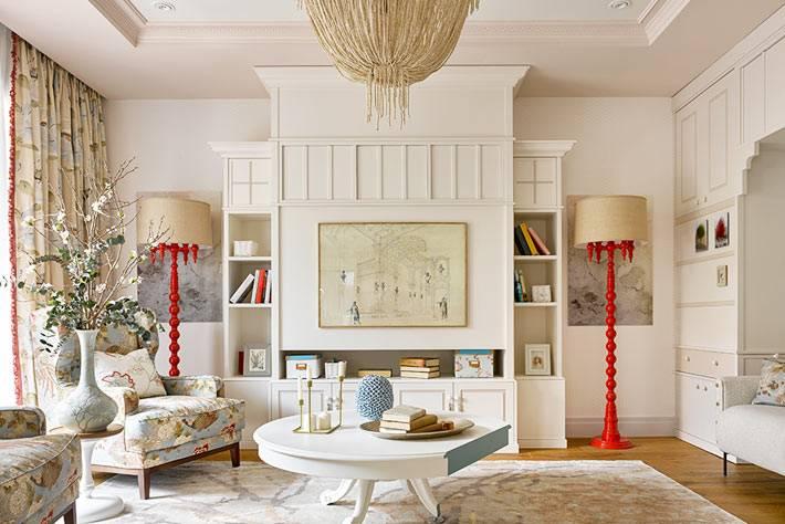 встроенные белые шкафы и красные торшеры в большойкомнате для гостей