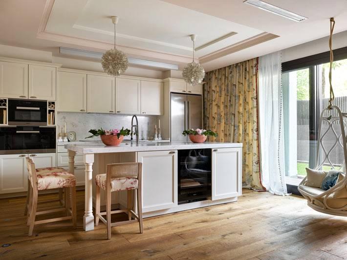 удобное подвесное кресло на просторной кухне в квартире