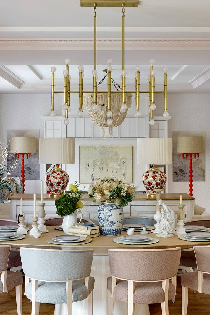 стулья с оббивкой пудрового цвета за обеденным столом фото