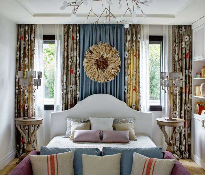 испанская спальня с обилием текстиля и декора фото
