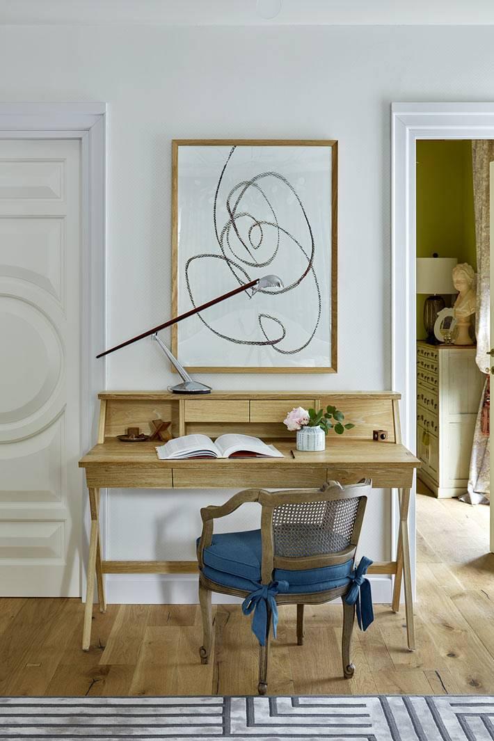 красивый письменный стол и стул в интерьере спальни фото