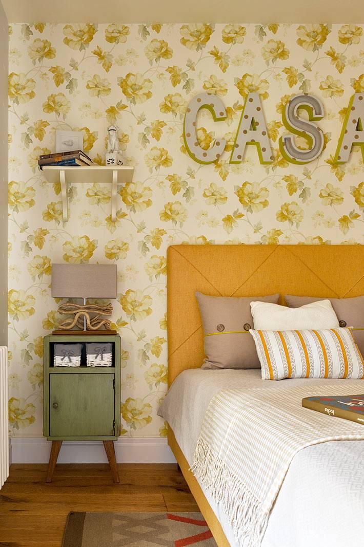 желтая кровать и цветастые обои для детской комнаты фото
