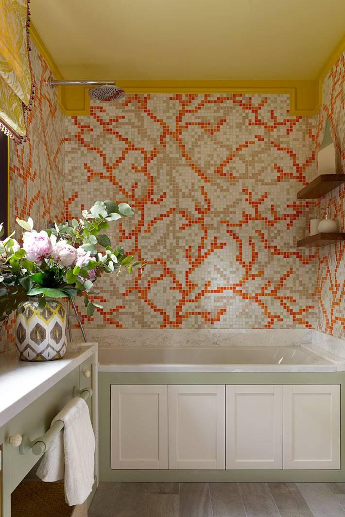 узор из мозаики красного цвета на стене ванной комнаты фото