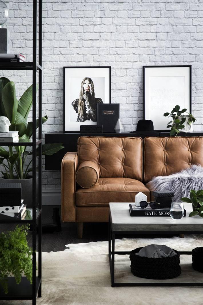 рыжий диван и белая кирпичная стена в интерьере гостиной