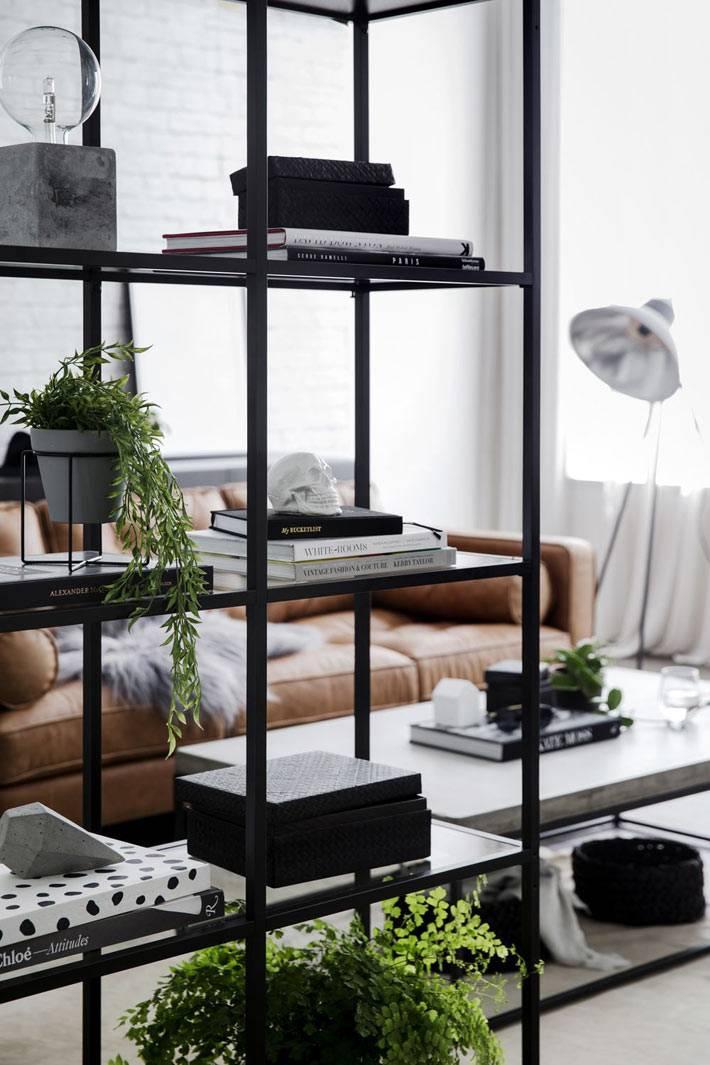 металлические стеллажи с черным каркасом для хранения