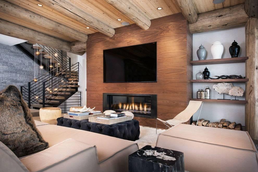 уютный интерьер комнаты с диванами вокруг камина с живым огнем