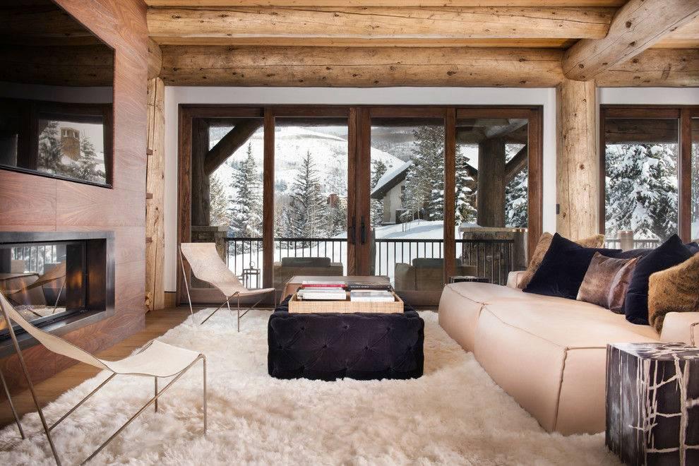 красивый панорамный вид на заснеженные горы из теплого дома