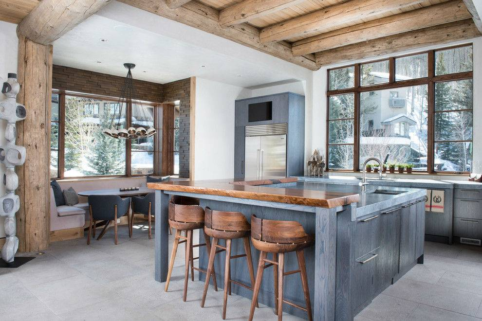 дизайн кухни в доме с деревянными балками на потолке и обеденным уголком