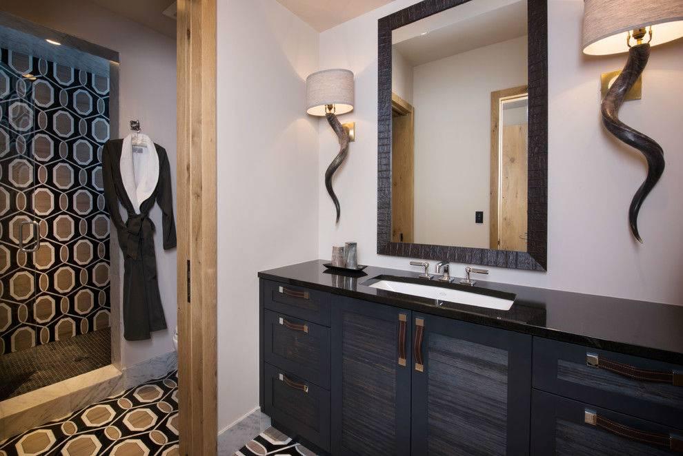 ванная комната оформлена в достаточно темных цветах, пестроая плитка на стенах