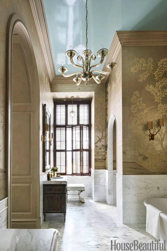 люстра из муранского стекла в большом помещении ванной комнаты