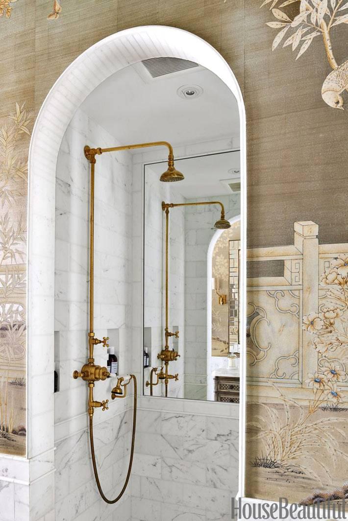 латунная сантехника для душевой комнаты в красивом интерьере ванной