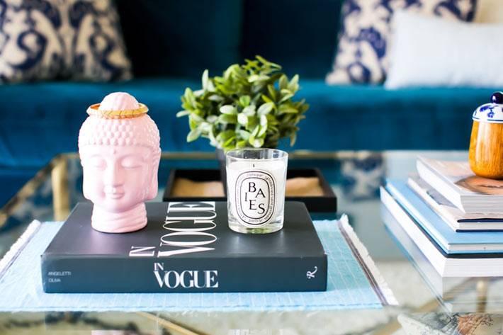 стеклянный журнальный столик с золонтой окантовкой в гостиной