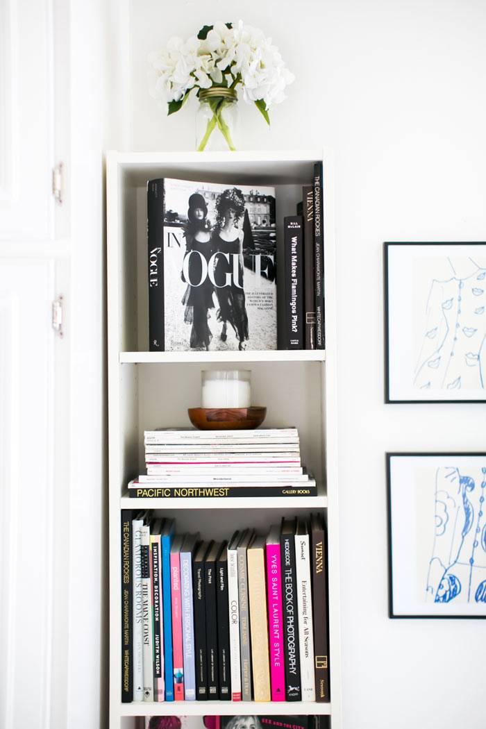 открытый стеллаж белого цвета возле рабочего стола в квартире