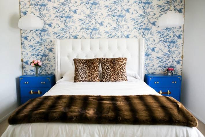 спальня оформлена в белом цвете с синей акцентной стеной