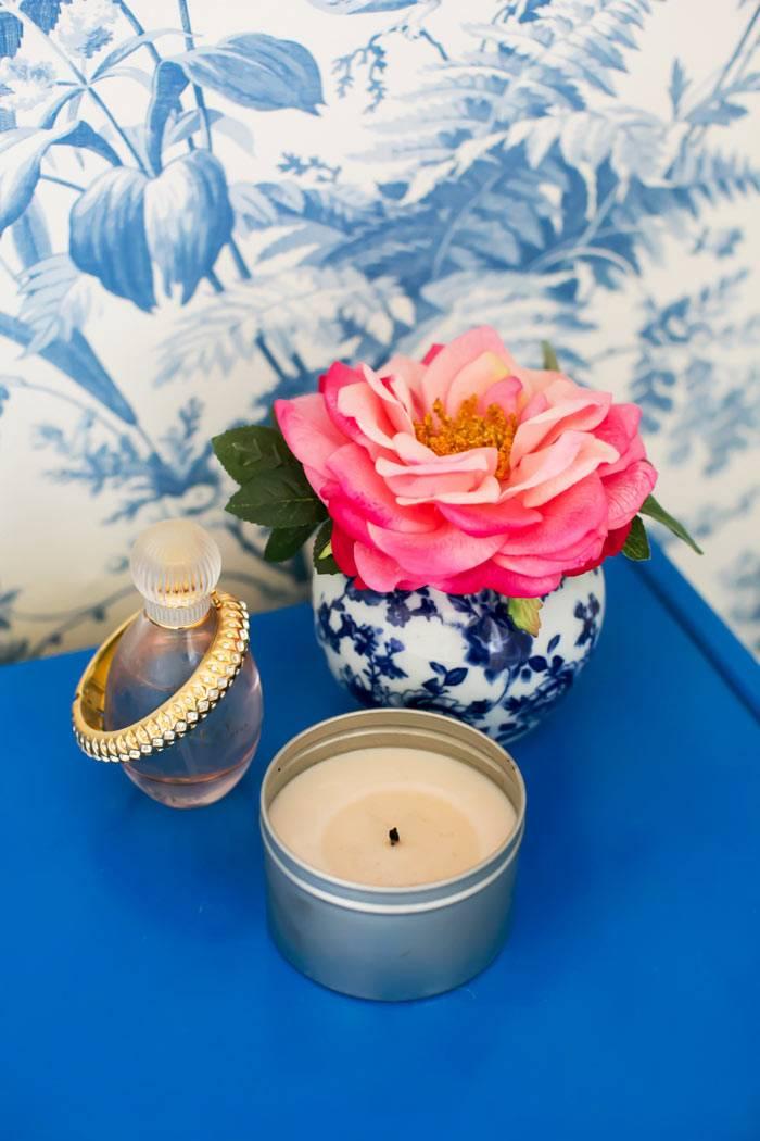 синяя прикроватная тумбочка со свечами и цветами фото
