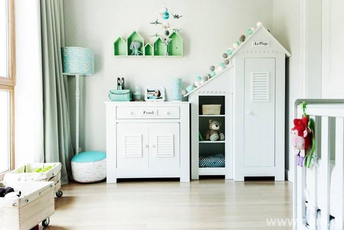 милая детская комната с мебелью-домиком и гирляндой