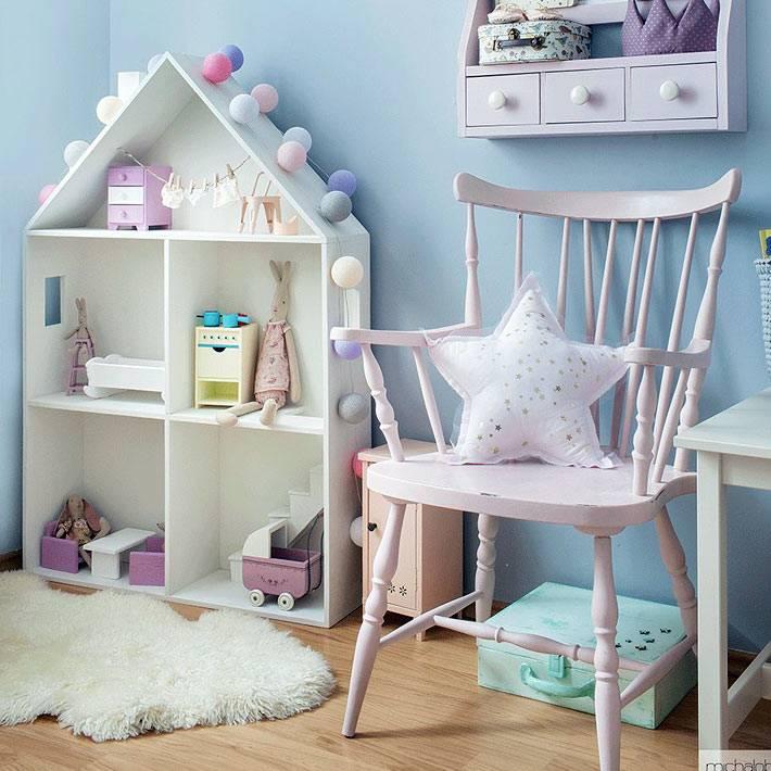 деревянный игрушечный домик в детской с гирляндой для украшения