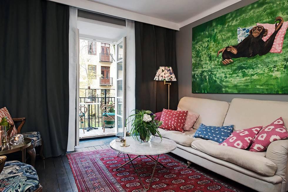 черные штора на окнах в скандинавской квартире фото
