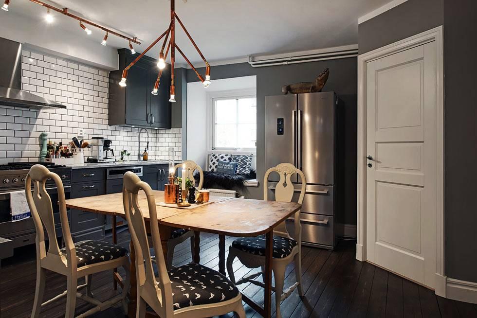 мягкий матрас и подушки на кухонном подоконнике для сидения