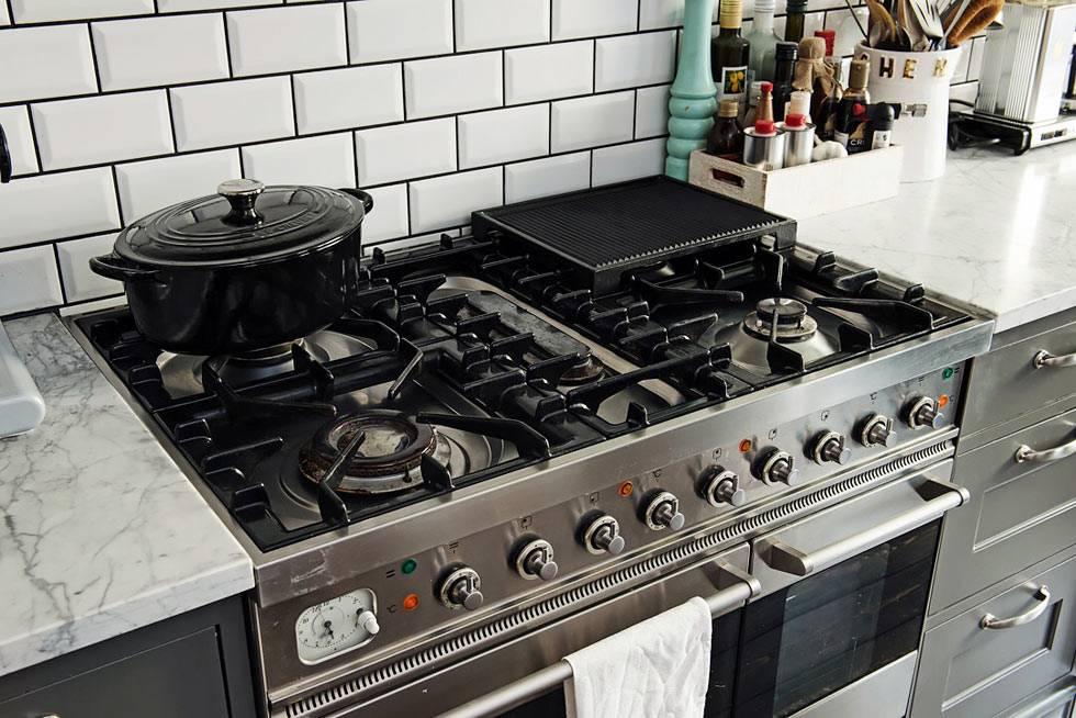 газовая плита и гриль на большой удобной кухне в Шведской квартире