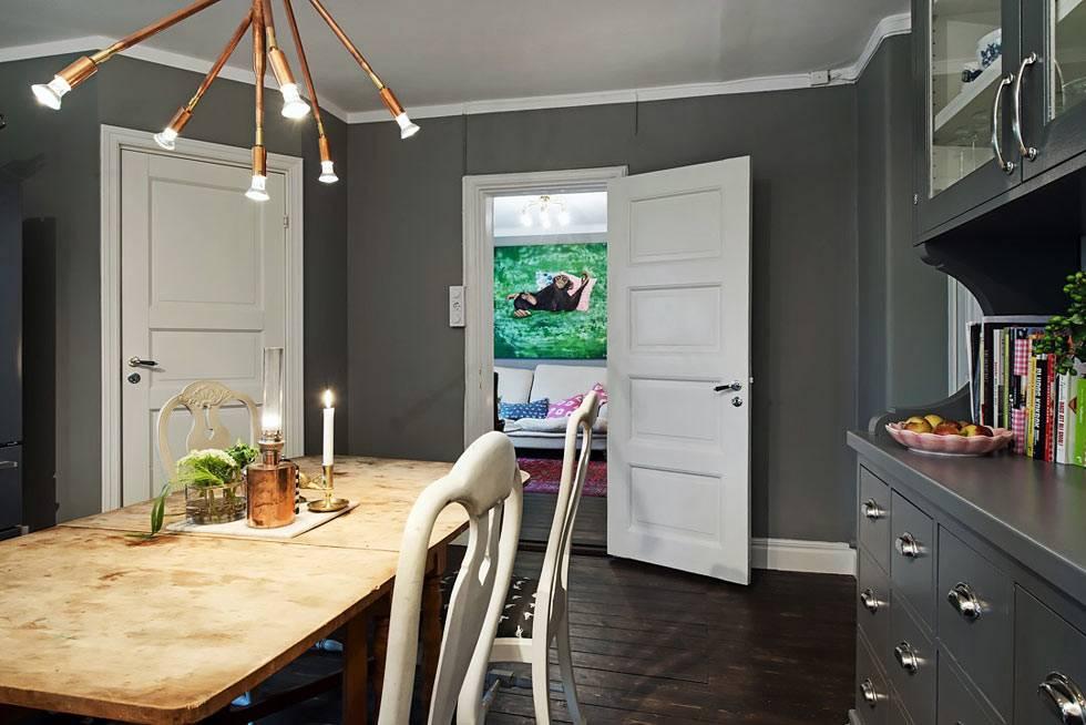 интерьер кухни неправильной формы с серыми стенами фото