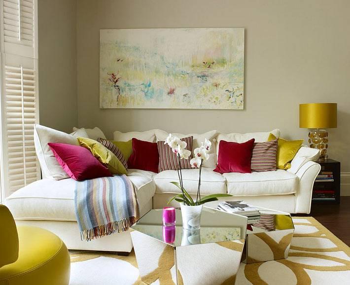 яркие краски в оформлении гостиной комнаты с зеркальным столом