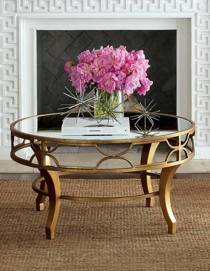 круглый стол с зеркальной поверхностью и латунной основой