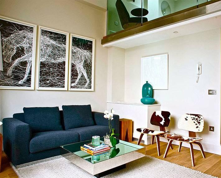 квадратный зеркальный журнальный стол в современной гостиной комнате