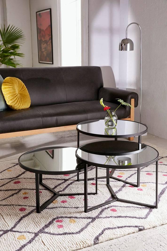 круглые модульные журнальные столики черного цвета в дизайне комнаты