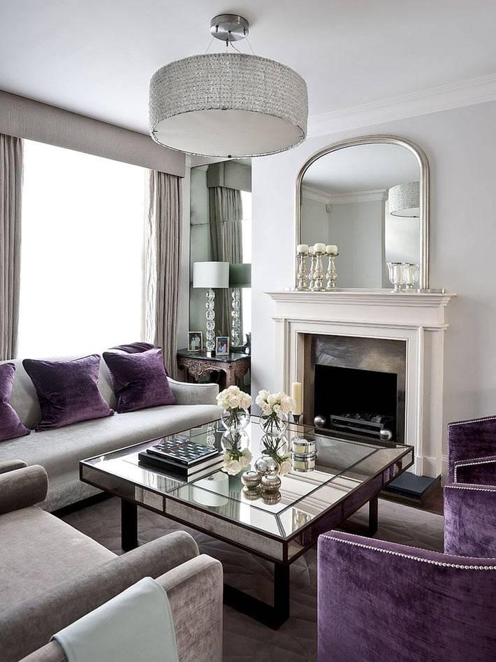 фиолетовые бархатные кресла в каминном зале с зеркальным столом