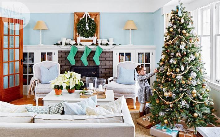 дух старины и нового года в красивой гостиной комнате с нарядной елкой