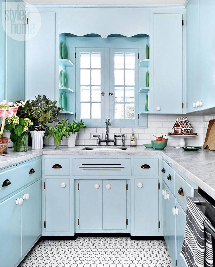 мягкий мятный цвет в оформлении маленькой кухни в доме
