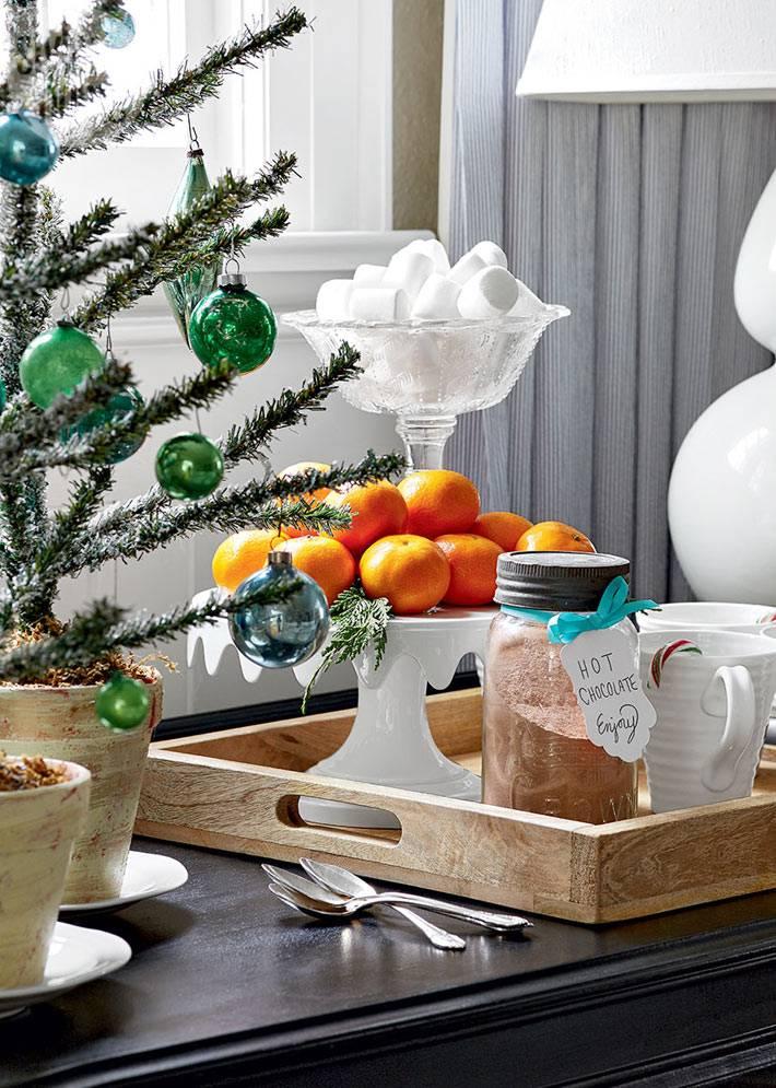 ёлка, мандарины и горячий шоколад - основные новогодние атрибуты в доме