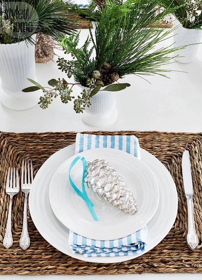 новогодняя сервировка стола с елочными ветками и шишками