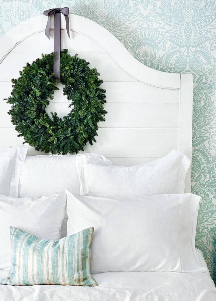 рождественский венок как украшение кровати в спальни фото